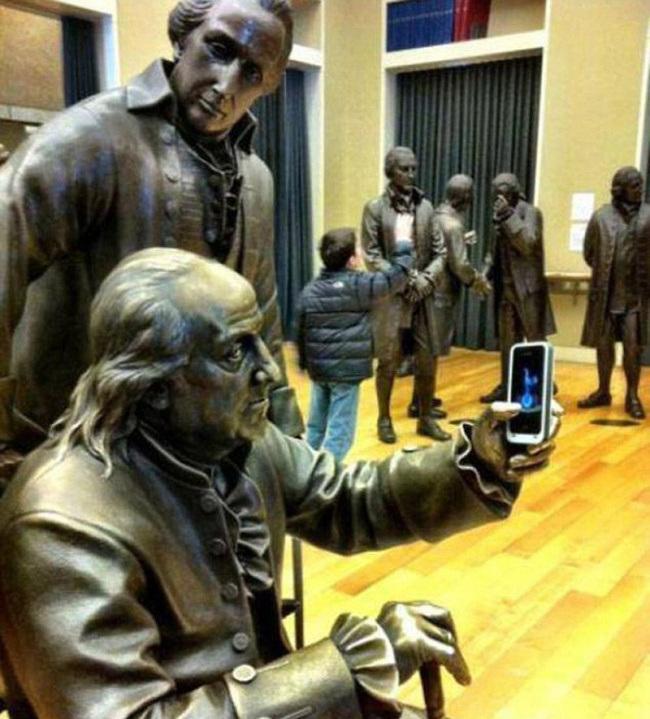 24 примера, как правильно фотографироваться с памятниками... Позитив на весь день!