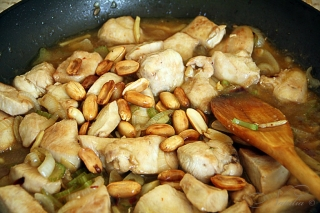 Курица с арахисом