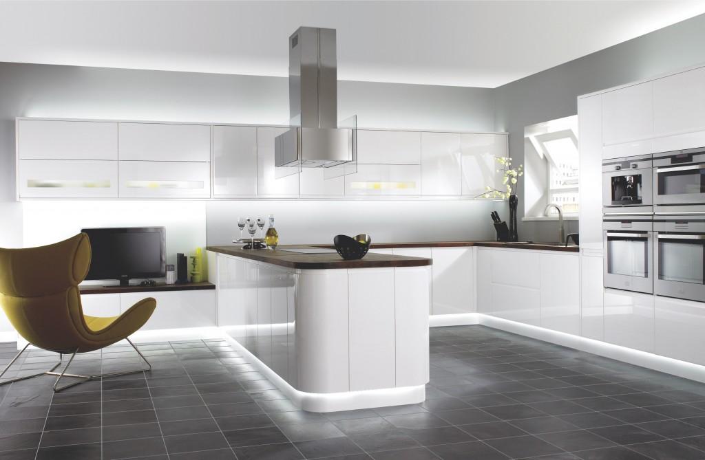 high tech small kitchen d 1024x669 Дизайн фасадов кухонных шкафов 60 фото