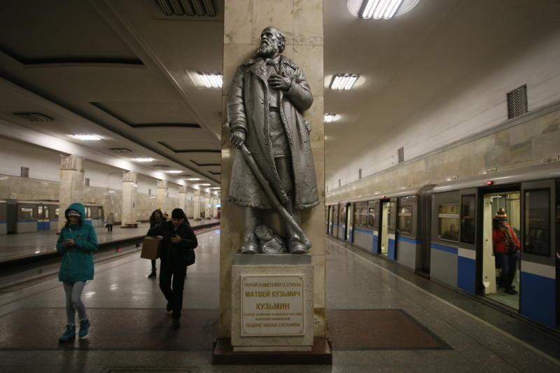 Памятник на станции метро «П…