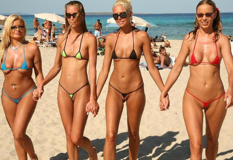 foto-devushki-v-mikro-bikini-na-plyazhe