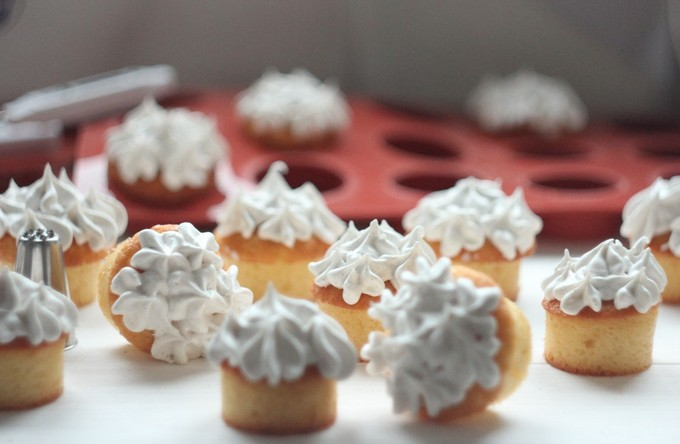 Мини-кексы с ванильной шапочкой