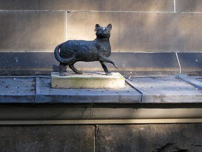 Малая бронзовая статуя кошки, Сидней, Австралия.