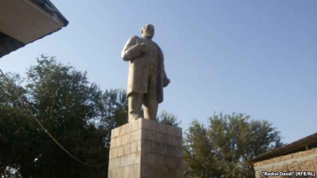 На юге Таджикистана демонтировали последний памятник Ленину