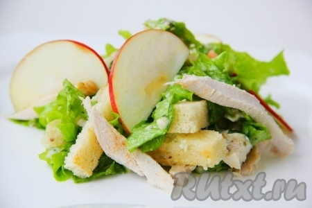Салат с куриной грудкой и сухариками