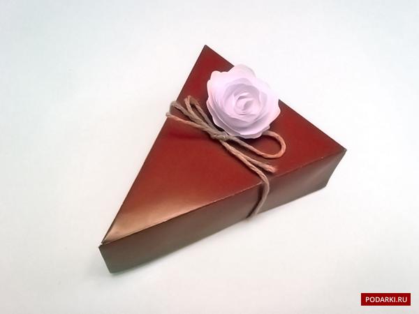 Упаковка подарка в кусок бумаги