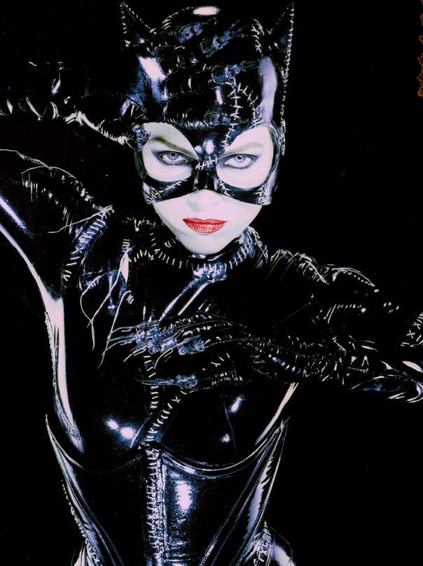 Джули Ньюмар и Мишель Пфайффер в роли женщины-кошки.