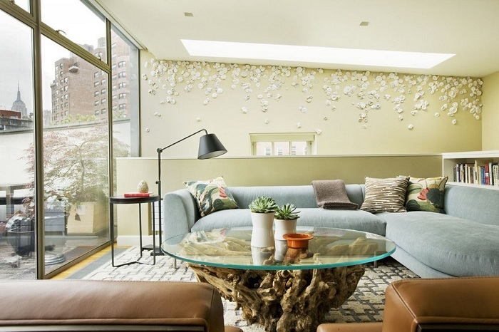 Гостиная комната в оливковых тонах с интересной стеклянной столешницей.
