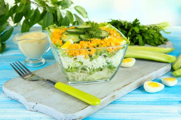 Слоеный салат из огурцов, яи…