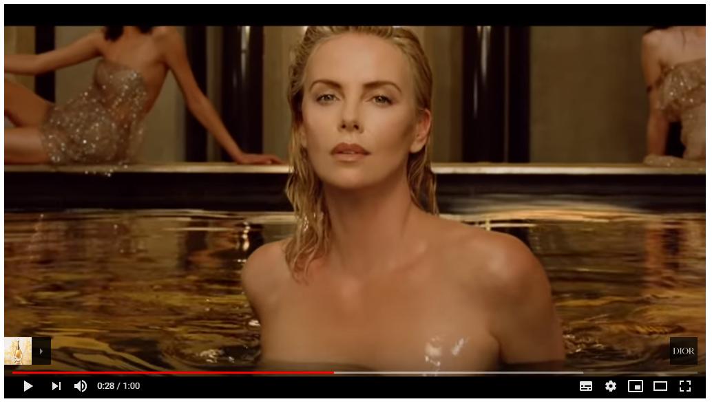 Шарлиз Терон искупалась полностью обнаженной в рекламе Dior