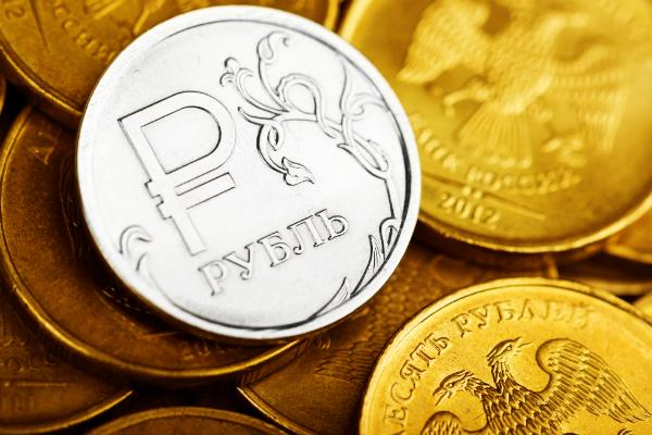 Рубль начал укрепляться к доллару и евро после сильного падения