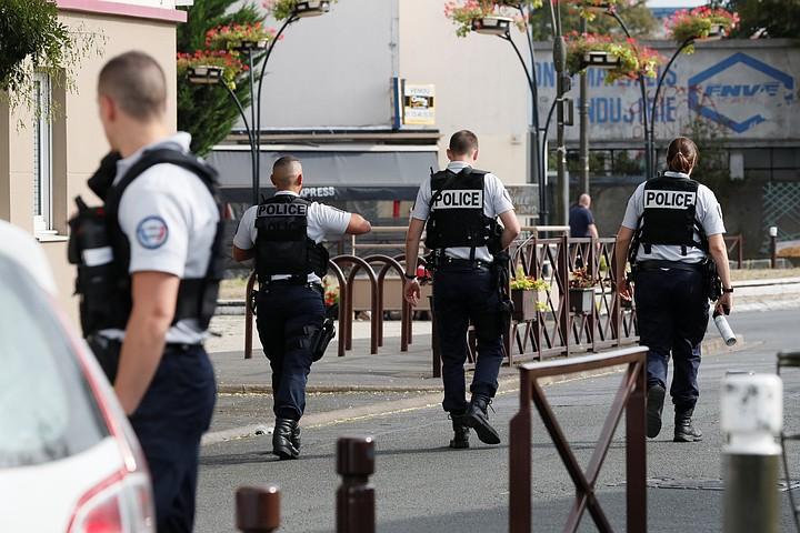 Вооруженный ножом мужчина напал на полицейских в парижском метро