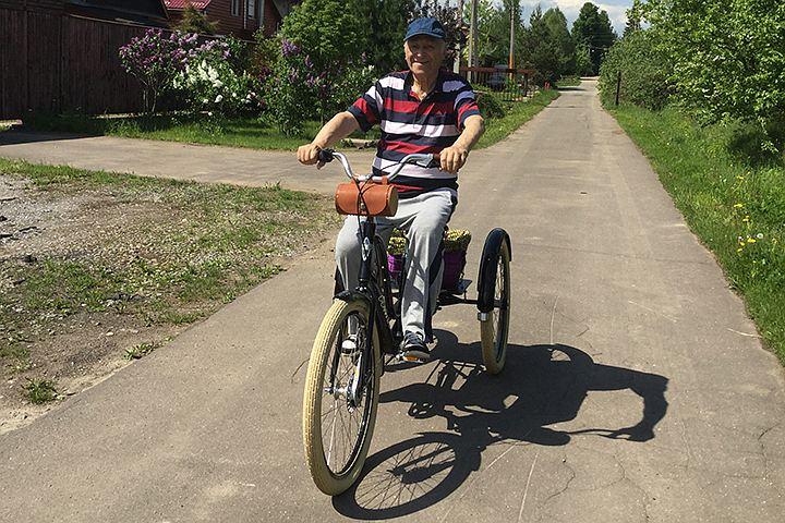 Владимир Этуш крутит педали велосипеда и пьет игристое вино