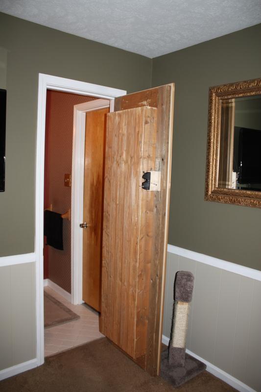 секретная дверь своими руками, дверь книжная полка, дверь в ванную книжный шкаф