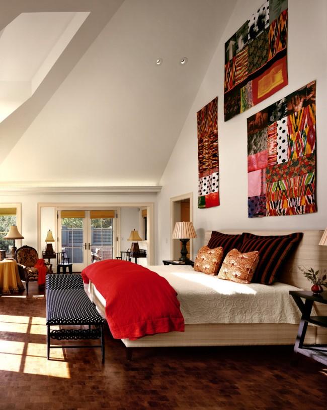 Кричащие гобелены на стенах, перекликаясь с яркими акцентами в комнате, выглядят очень стильно и гармонично