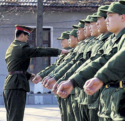 В китайской армии такие же уроки проводит офицер