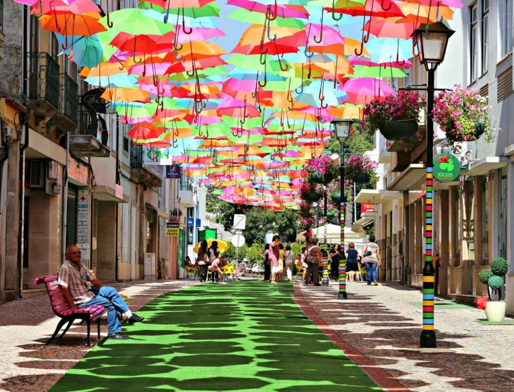 9 улиц мира, достойных копилки путешественника