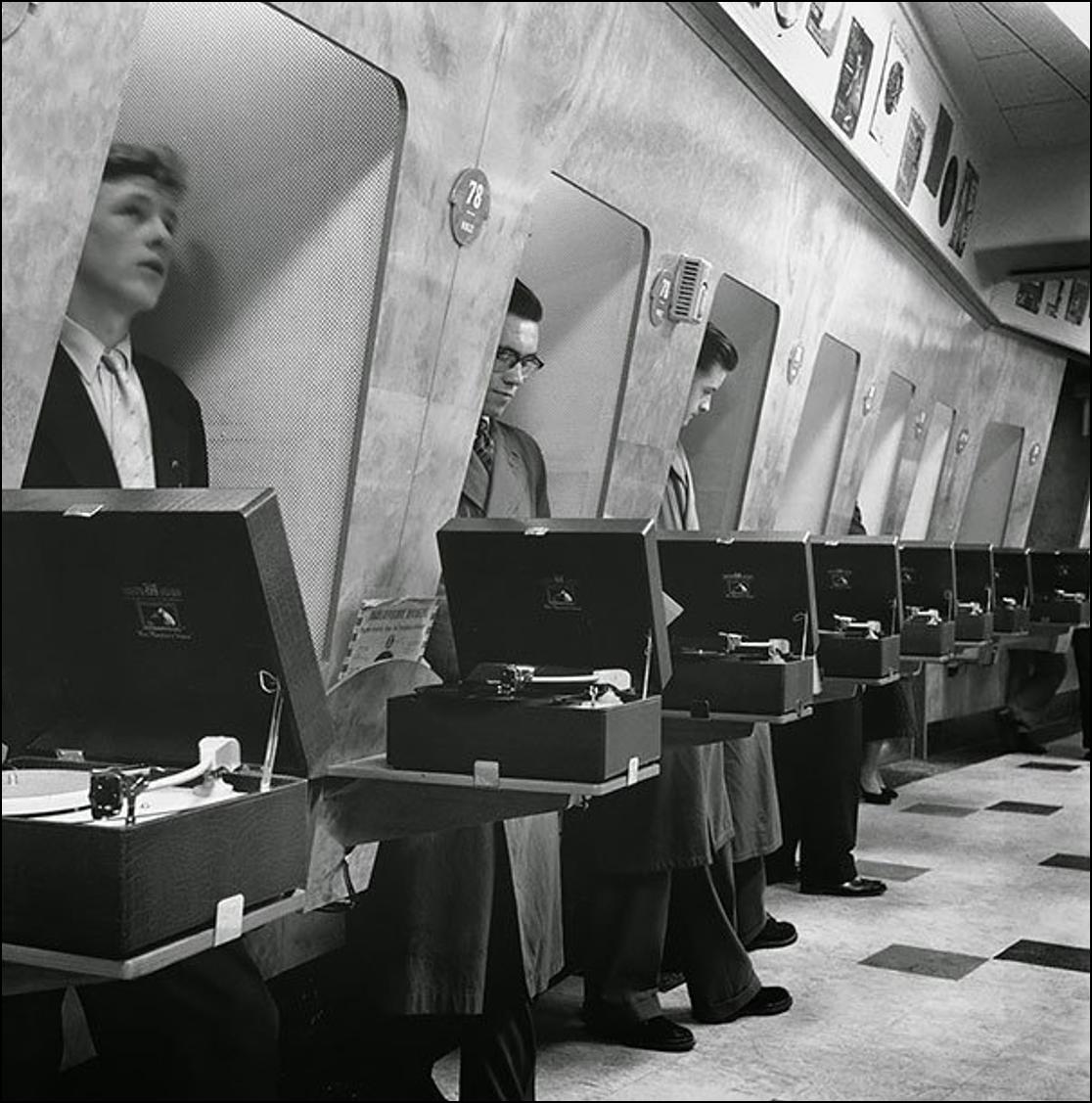 Покупатели пластинок в Лондонском муз. магазине, 1955 Историческая фотография, история, факты