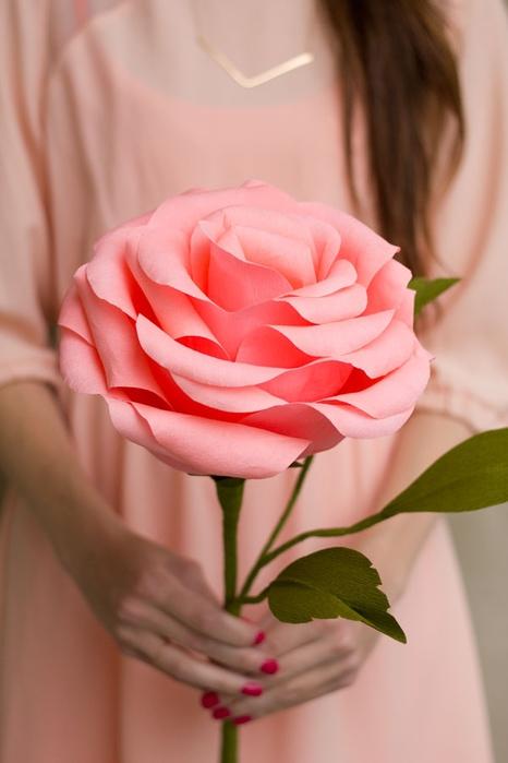 Крупные розы из гофрированной бумаги своими руками