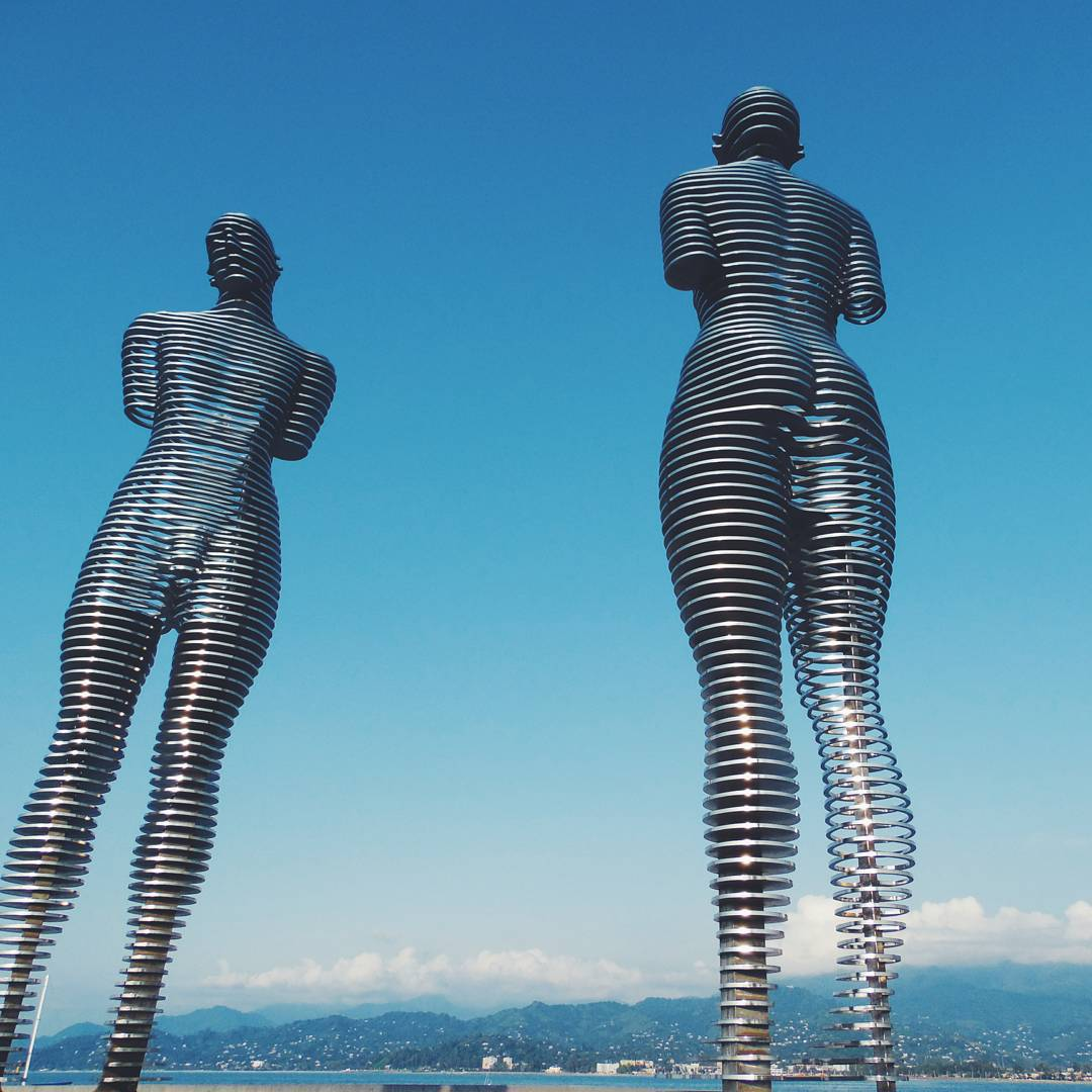 Ежедневно эти огромные 8-метровые статуи «проезжают» друг через друга, символизируя утраченную любовь