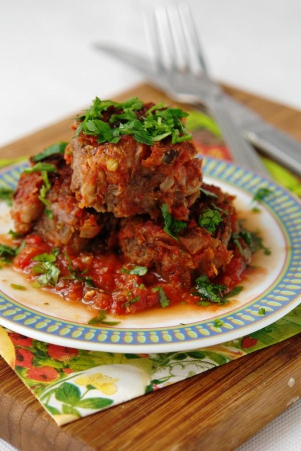 Фрикадельки из фасоли, шпината и грецких орехов в томатном соусе