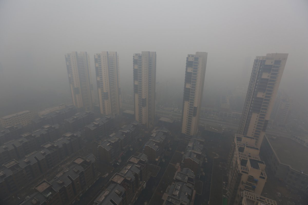 Жилые здания, окутанные смогом в городе Шэньян загрезнение, китай, природа