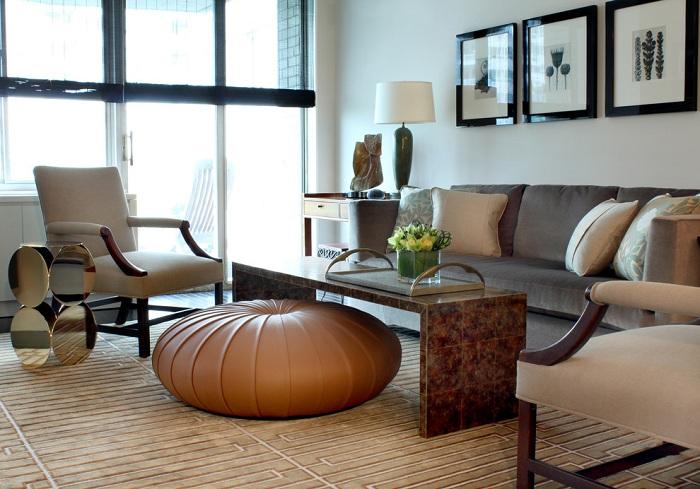 Интересный интерьер в кофейно-кремовых тонах подчеркнут идеальным маленьким столиком.