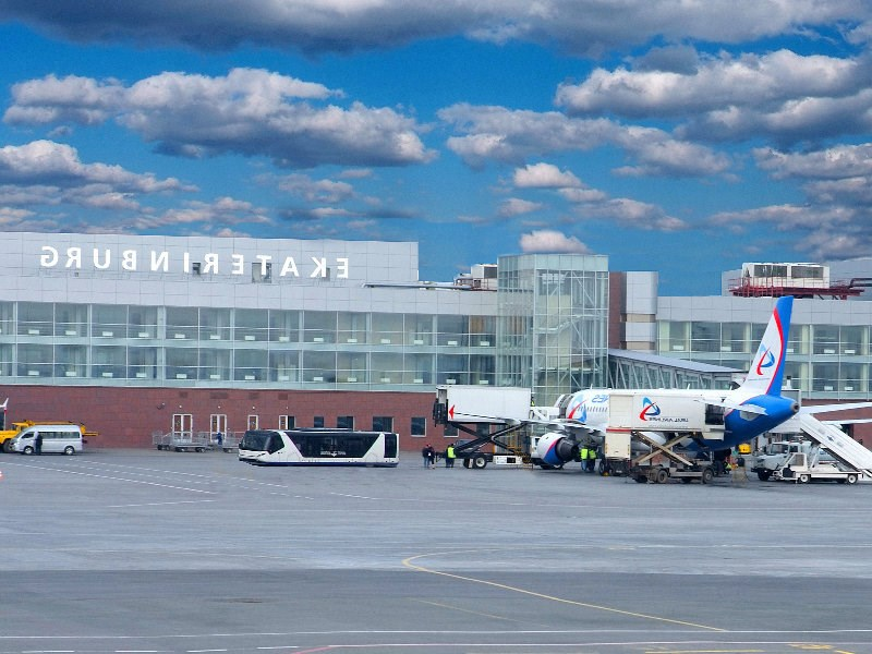 Парковка такси перед входом в здание аэропорта кольцово, город екатеринбург кекяляйнен андрей / фотобанк лори