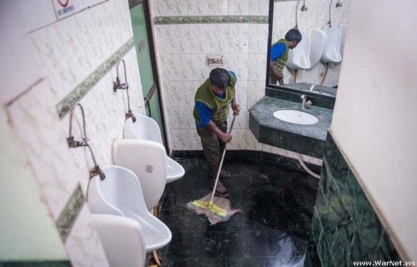 Жить в офисе - не лучшая мысль, если ты работаешь уборщиком туалета