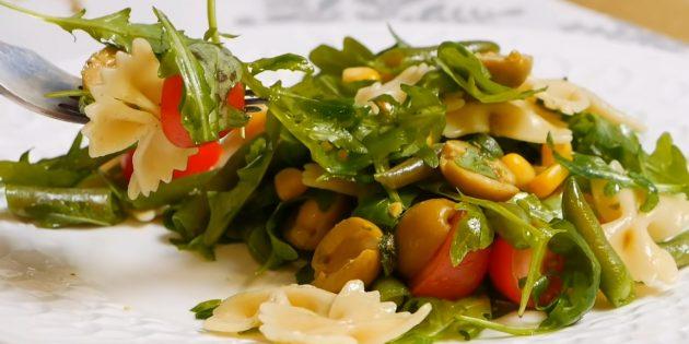 Постный салат с пастой, стручковой фасолью, оливками и зелёной заправкой