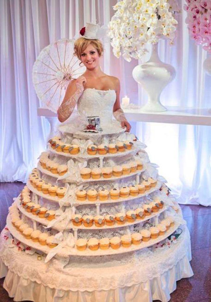 10. Невеста в роли подставки для пирожных Свадебные платья, свадьба