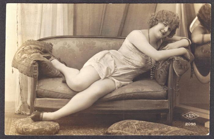 Начало 20 века. Модель в откровенной рекламе нижнего белья