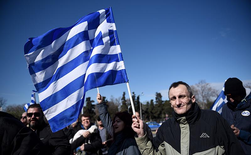Ублажая США и Германию, власти Греции теряют страну