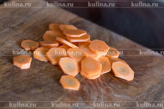 Морковь нарезать кружками или, если крупная, полукружьями, добавить к остальным ингредиентам.