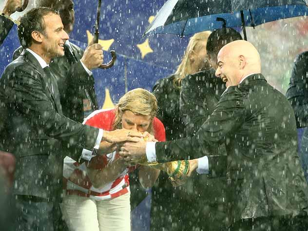 Президент Хорватии подарила одинаковые футболки Путину и Трампу