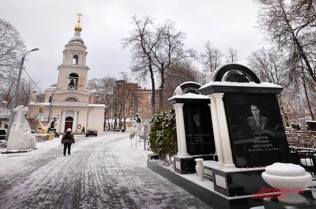 Жизнь на кладбище кипит и удивляет. Чьи могилы привлекают больше публики?