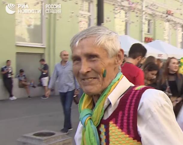 Широкая русская душа: дедушка из Златоуста вяжет и дарит сувениры фанатам футбола
