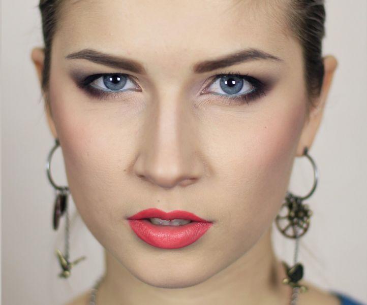 Фото макияжа нависающего века