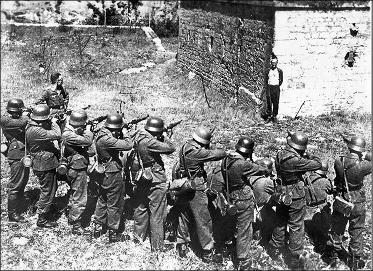 Джорж Блинд, член Французского сопротивления, улыбается в лицо расстрельной команде, 1944 Историческая фотография, история, факты