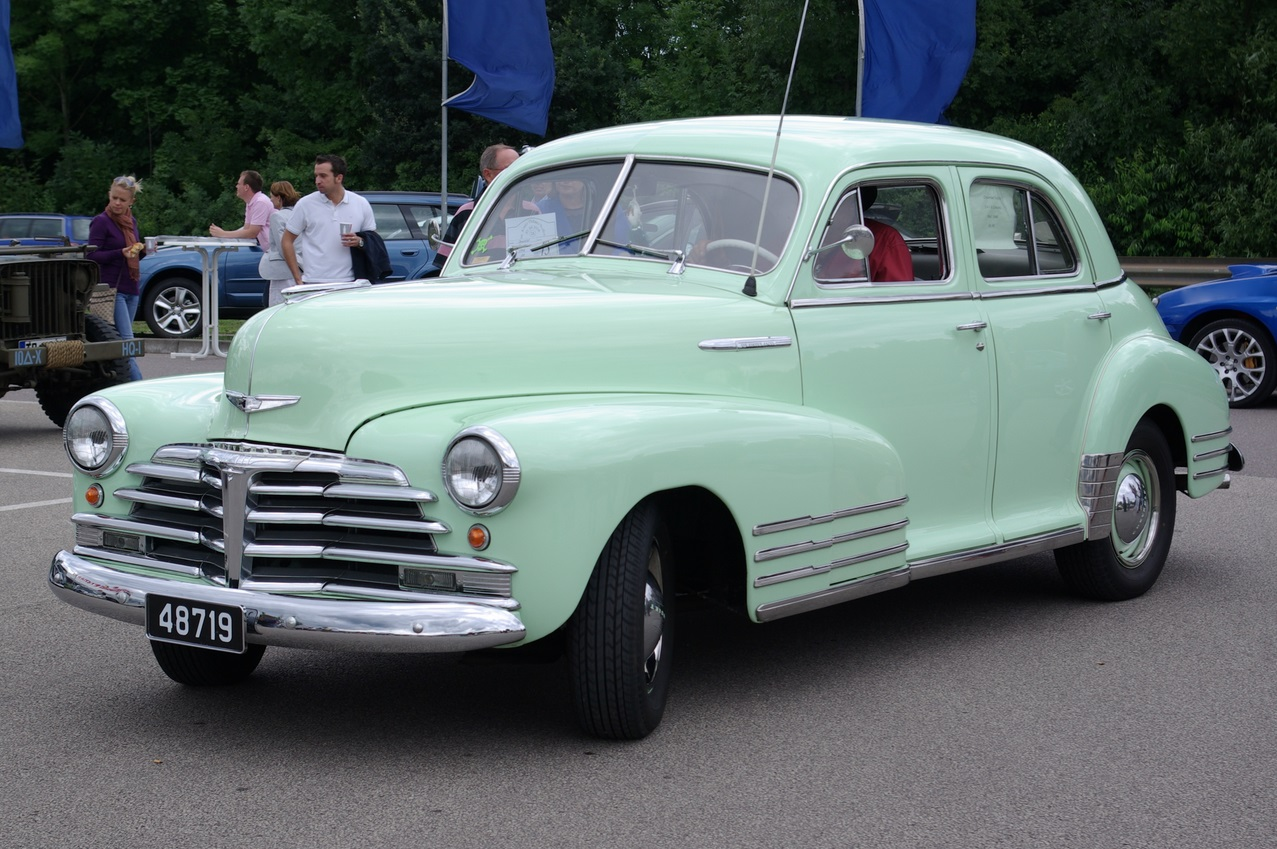 1948 год, Chevrolet Fleetline Sportmaster. Интересно, что этот автомобиль идеально отражает мировой дизайнерский тренд тех лет — «Победа», появившаяся несколько раньше, да и ещё десяток автомобилей аналогичного класса очень похожи между собой. chevrolet, автодизайн, красота