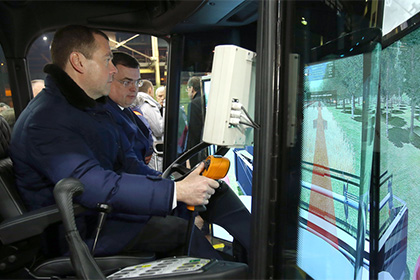 """""""Как обгонял,как подрезал.."""": Медведеву дали «порулить» трамваем на тверском заводе"""