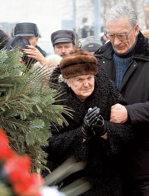 Роберт с мамой Людмилой Александровной на похоронах Саши. Фото Ивана ТИМОШИНА /«Комсомольская правда»