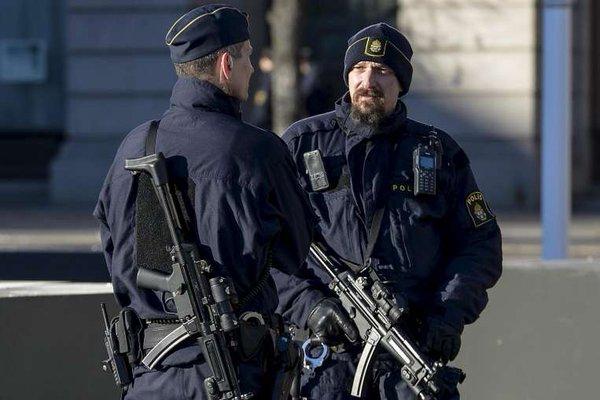 Десять шведских полицейских бежали из центра приема мигрантов от толпы беженцев