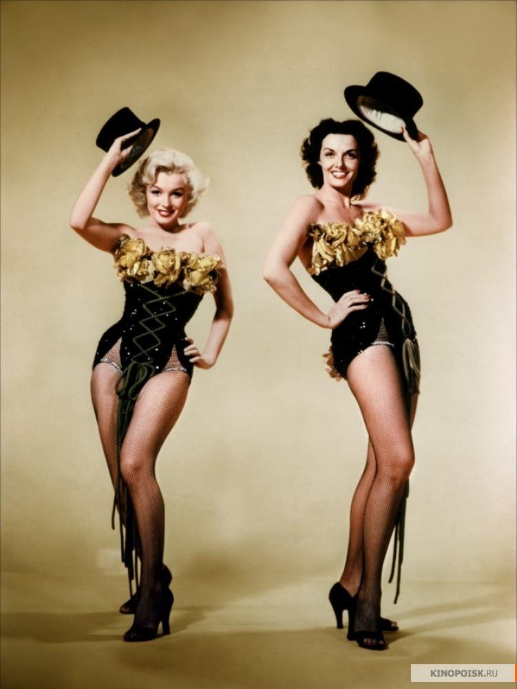 """Джейн Расселл и Мэрилин Монро на съемках фильма """"Джентльмены предпочитают блондинок""""."""