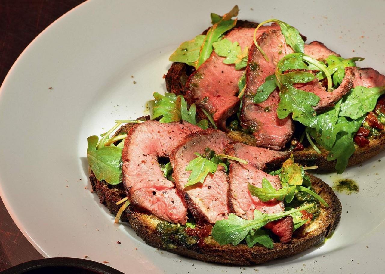 1. Брускетта с говядиной, томатами и песто еда, своими руками, сделай сам