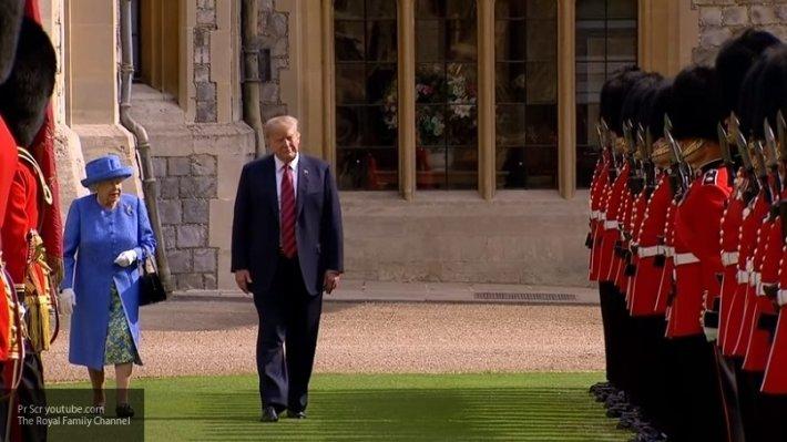 Странное поведение Трампа с Елизаветой II попало на видео