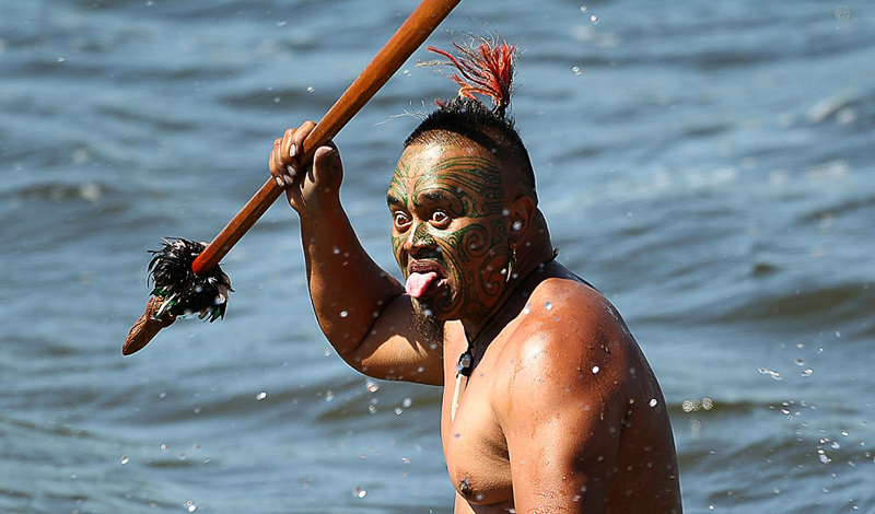 Оружие поверженного Авторы: аборигены Полинезии Хижина успешного полинезийского воина была увешана оружием. Большая часть предметов — военные трофеи, снятые с уже мертвых врагов. Коллекционируя деревянные мечи, унизанные акульими зубами, булавы железного дерева и прочие орудия убийства, полинезийцы забирали и силу противника.