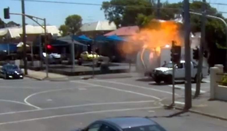 Человек исчезает на видео прямо перед взрывом машины