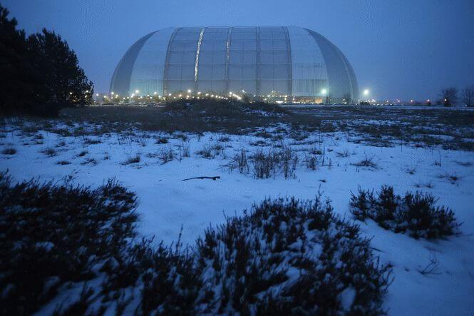 Neste hangar comum, há outro mundo.  Olhando para dentro, você está sem palavras!