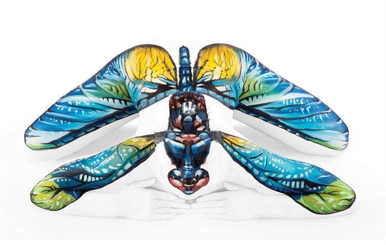 8. Стрекоза боди-арт, художник, человек-змея